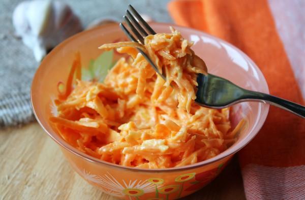 Морковный салат с чесноком и майонезом