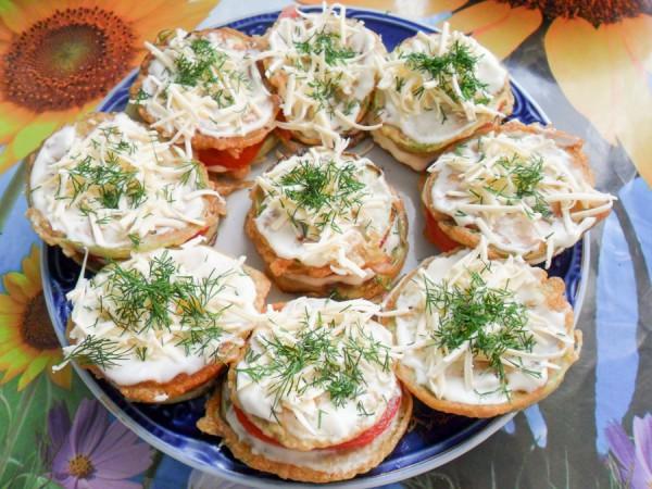 Кабачки, жаренные в кляре с помидорами