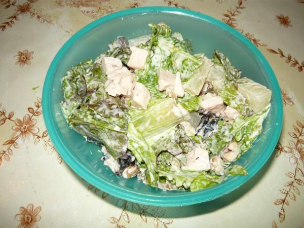 Салат с курицей, ананасом и черносливом