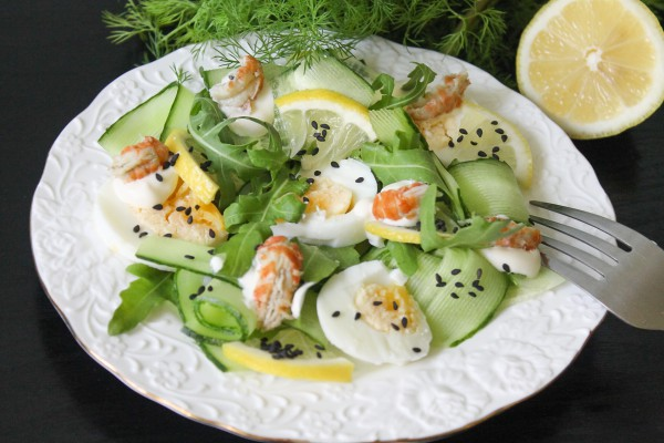 Салат с раковыми шейками, рукколой, яйцами и огурцами