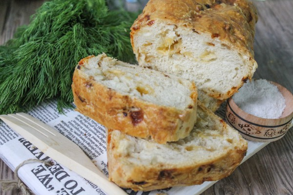 Хлеб с сыром и жареным луком