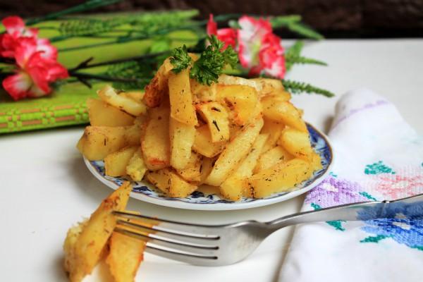Кусочки картофеля запечённые в яичных белках со специями