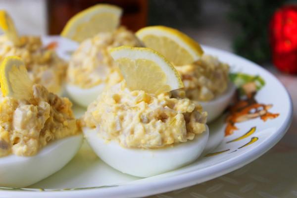 Яйца, фаршированные кальмарами
