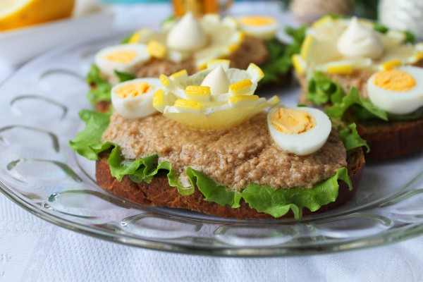 Бутерброды с печенью трески и перепелиными яйцами