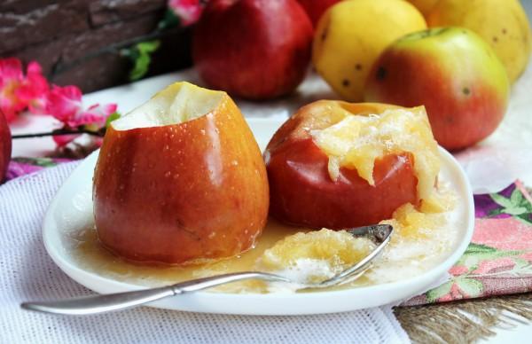 Яблоки запечённые с сахаром в микроволновке
