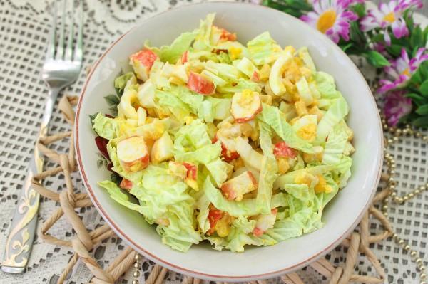 salat-s-krabovymi-palochkami-pekinskoj-kapustoj-i-kukuruzoj