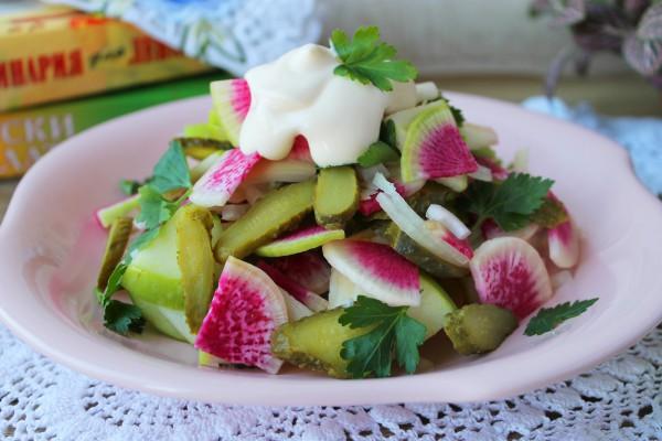 Салат с редькой и маринованными огурцами