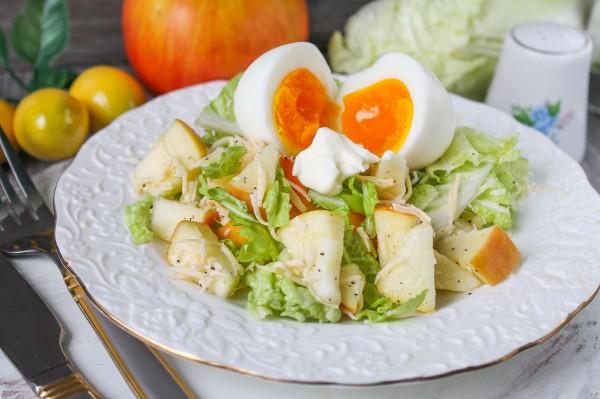 Салат с яблоками, пекинской капустой, сыром и яйцом