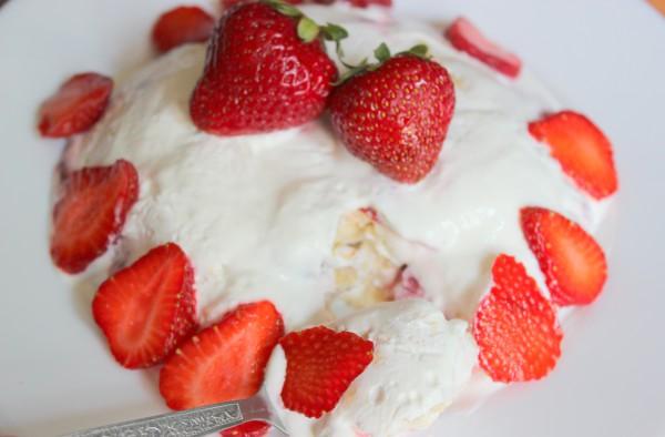 Творожный десерт с клубникой без выпечки