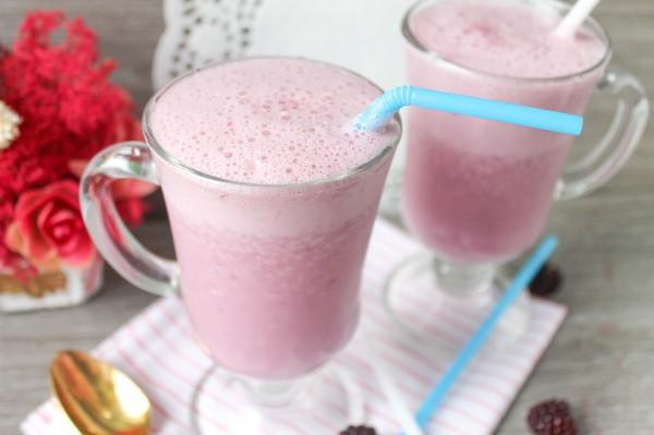 Молочный коктейль с клубникой и ежевикой
