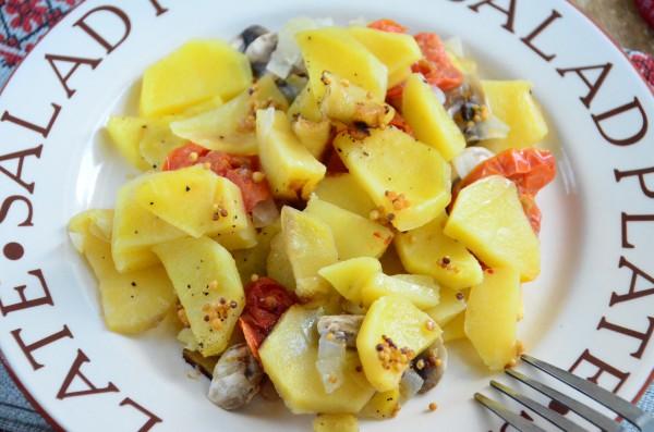 Картофель, запеченный с грибами и овощами в мультиварке