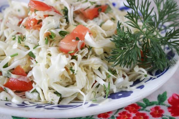 Салат капуста свежая с помидорами и