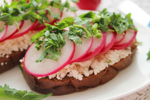 Бутерброды с редисом и творогом