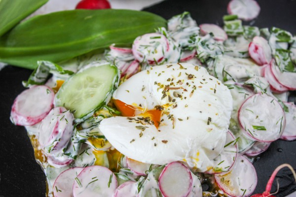 Салат из черемши с яйцом-пашот