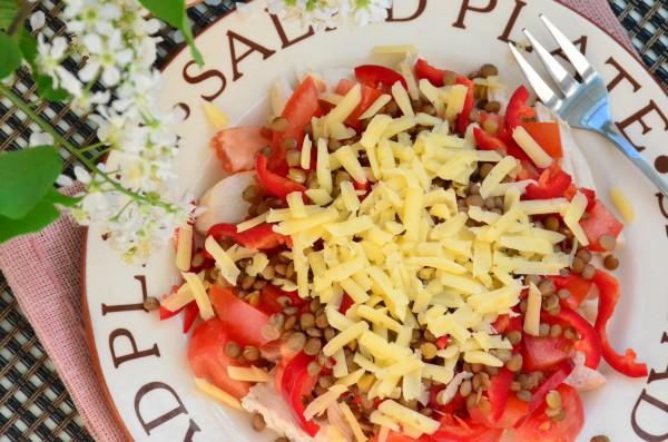 Салат с чечевицей, курицей и овощами