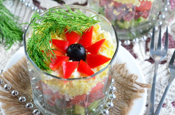 Салат с салями, яйцом и овощами в бокале