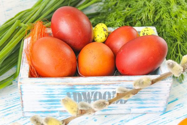Как красить яйца в луковой шелухе