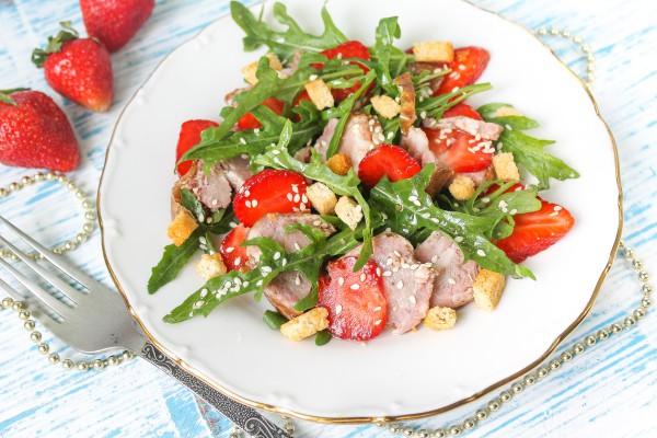 Салат с клубникой, мясом и рукколой