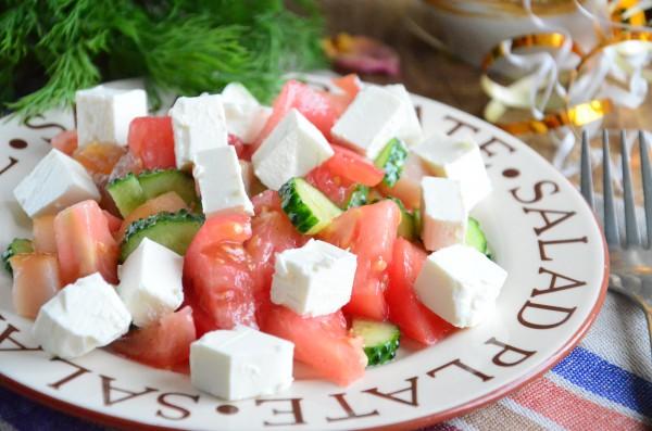 Салат с вяленой курицей, сыром Фета и овощами