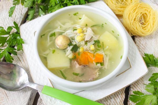 Куриный суп с лапшой и кукурузой