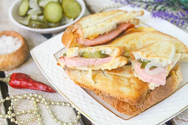 Сэндвичи с колбасой и сыром