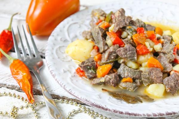 Свиное легкое с овощами в соусе