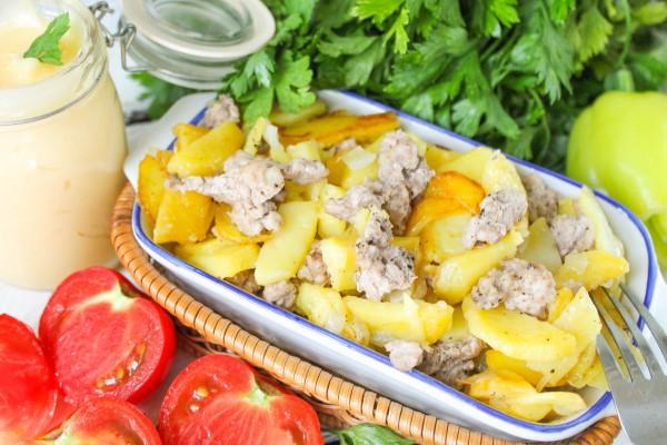 Жареный картофель с мясным фаршем