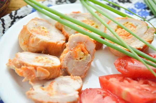 Куриные рулетики с морковью, сыром и чесноком в мультиварке