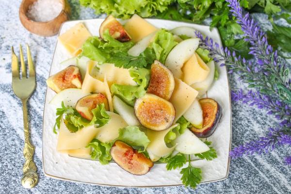 Салат с грушей, твердым сыром и инжиром