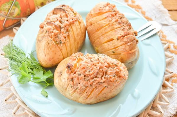 Картофель с чесноком и салом в духовке