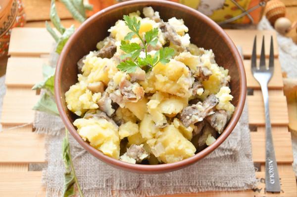 Картофель, тушенный с маслятами на сковороде