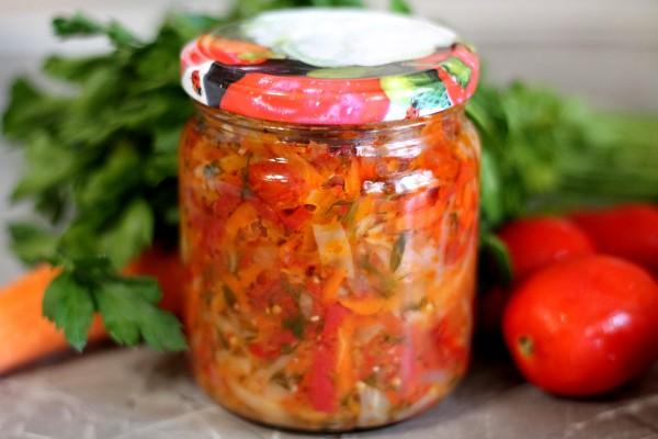 Салат из капусты, перца, моркови, лука и помидоров на зиму