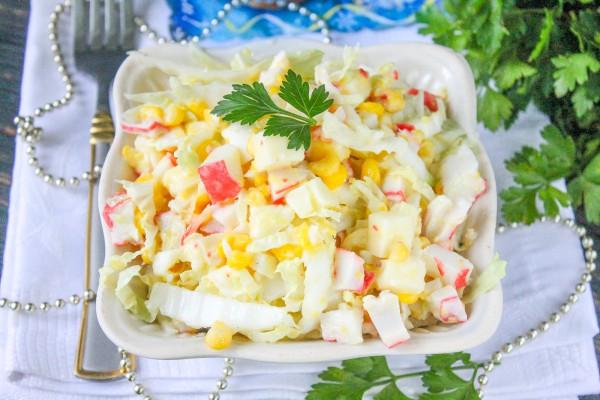 Салат с крабовым мясом, моцареллой, кукурузой и пекинской капустой
