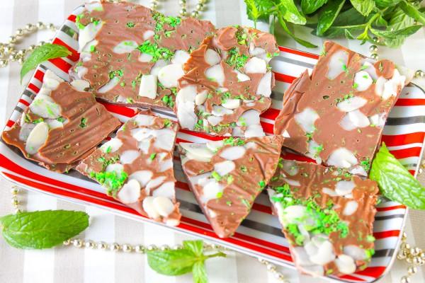 Шоколад с кокосовой крошкой и миндальными хлопьями