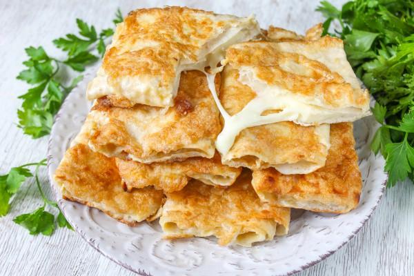 Жареный лаваш с сыром в яйце