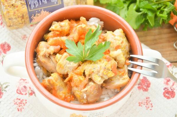 Куриный гуляш, тушенный с овощами