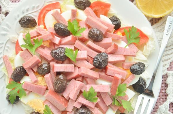 Салат из говядины, пекинской капусты, яиц и помидоров