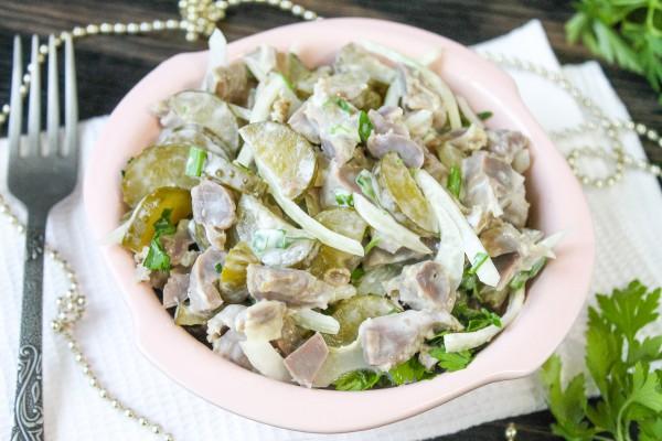 Салат из куриных желудков с маринованными огурцами
