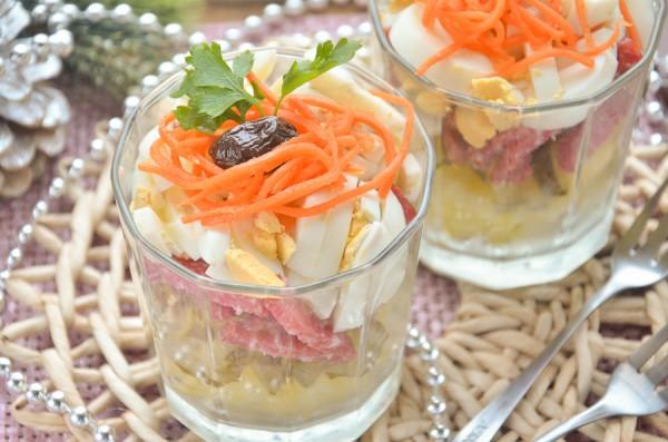 Салат с колбасой, яйцами и овощами