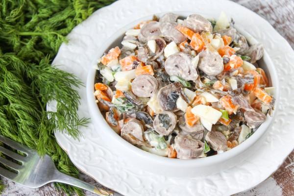 Салат с куриными сердечками и морской капустой