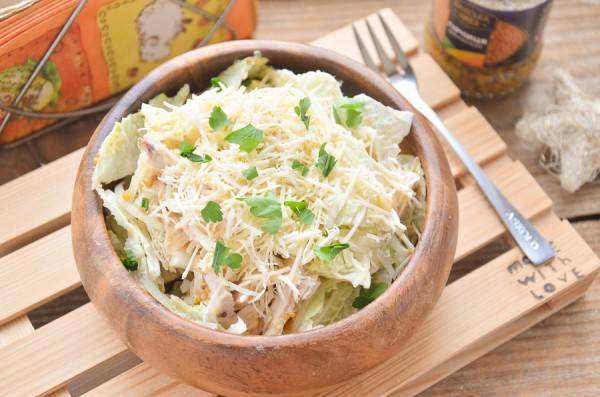 Салат с пекинской капустой, курицей, сыром и яйцом
