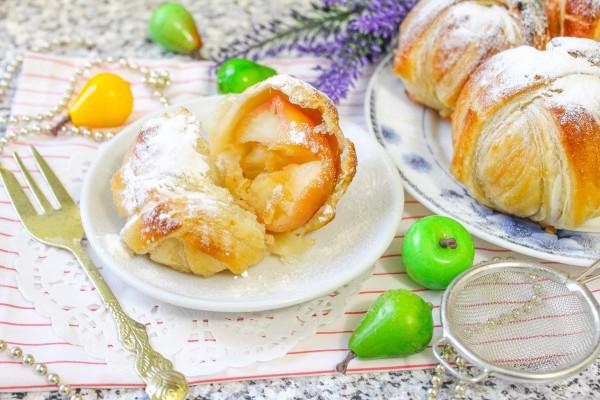 Яблоки в слоеном тесте, запеченные в духовке