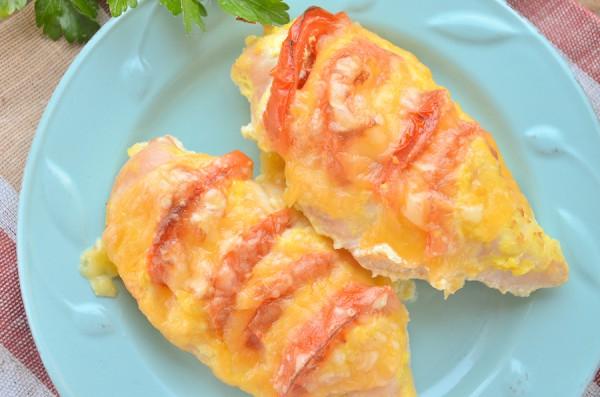 Куриная грудка, запеченная с сыром и помидорами в духовке