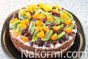 shokoladnyj-tort-so-smetannym-kremom-i-fruktami10