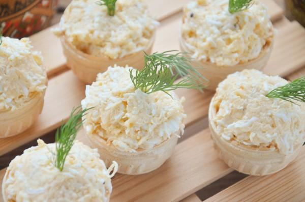 Тарталетки с острой сырной закуской