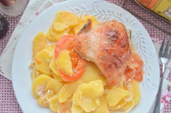 Курица с картофелем в духовке с помидорами