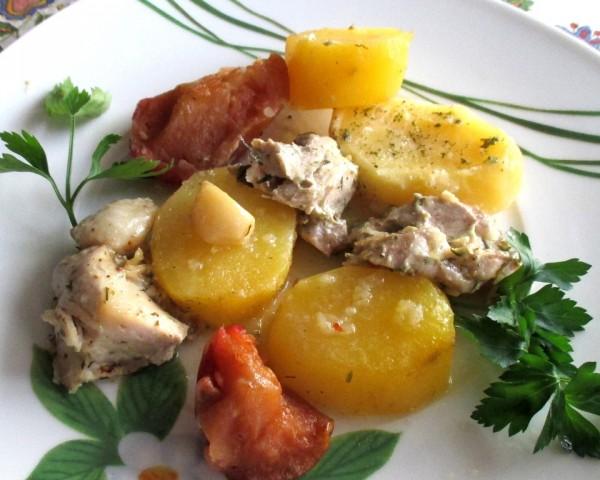 Куриное филе, запечённое с картошкой и замороженными яблоками в рукаве
