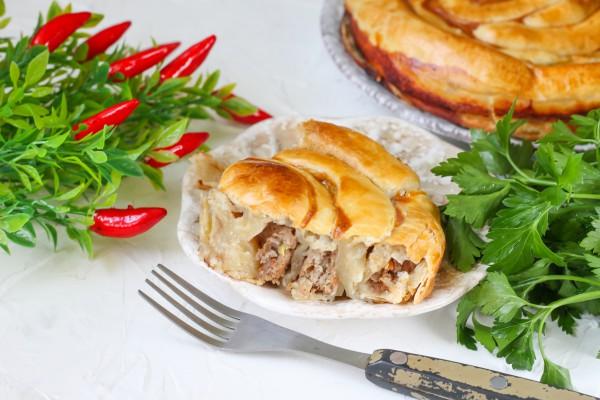 Мясной пирог Улитка из слоеного теста