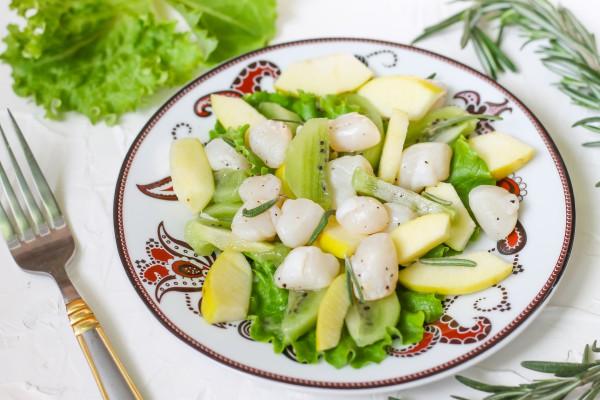 Салат из морских гребешков с киви и яблоком