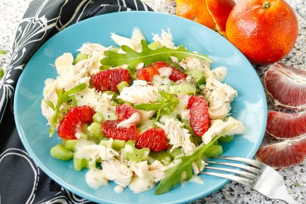 Салат с курицей, апельсинами и сельдереем